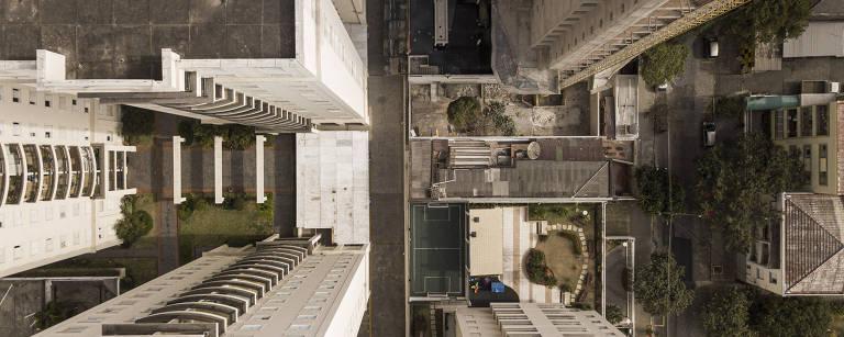 Ilhada por prédios, casa 'sobrevive' na Pompeia