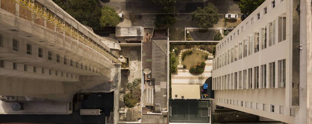 Residência na Rua Barão do Bananal, na Pompeia, fica ilhada entre prédios por dona que não vendeu sua casa para construtoras