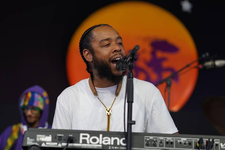 Terrace Martin toca teclado e canta em palco do festival
