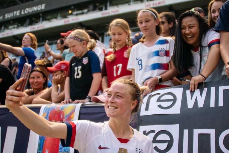 Emily Sonnett tira selfie com fãs depois de uma partida amistosa