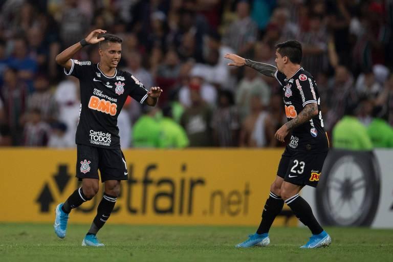 Pedrinho (à esq.) comemora com Fagner o seu gol, que abriu o placar no Maracanã no duelo de volta das quartas de final da Copa Sul-Americana
