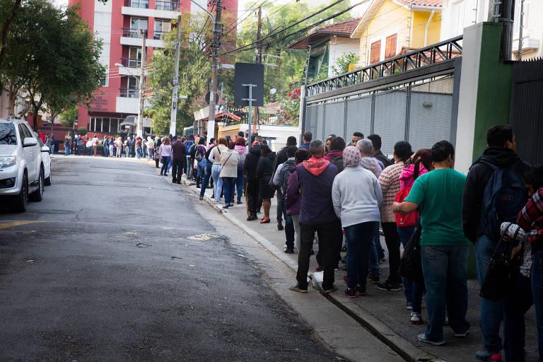 Trabalhadores dormem na fila para concorrer a 800 vagas de emprego no Siemaco