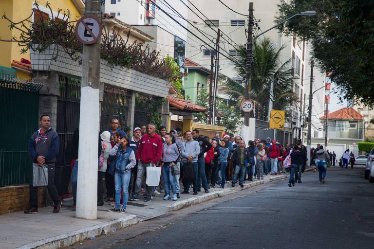 Trabalhadores fazem fila para conseguir emprego na capital paulista