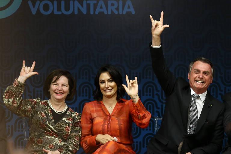 Bolsonaro, a primeira-dama Michelle e a procurador-geral Raquel Dodge fazem o símbolo de 'eu te amo', em Libras, e, evento no Palácio do Planalto