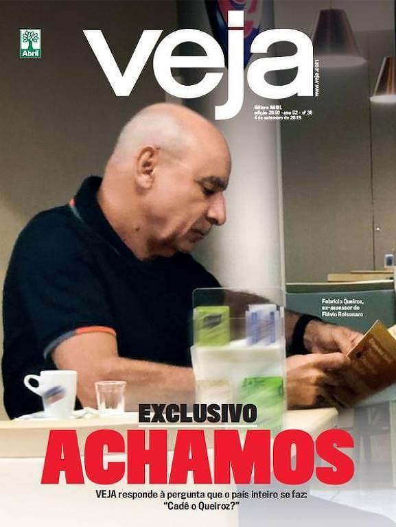 Fabrício Queiroz lê um panfleto na sala de espera do hospital Albert Einstein.