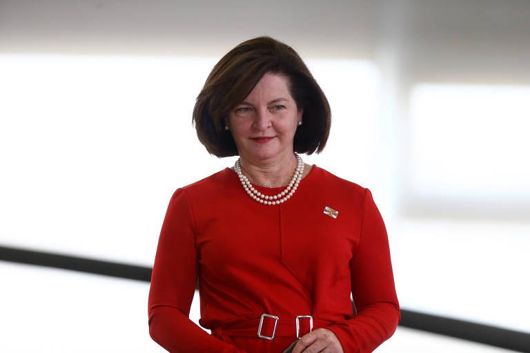 Dodge, vestida de vermelho, em cerimônia no Planalto