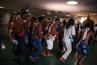 Índios protestam em sessão da CCJ da Câmara, em Brasília (DF)