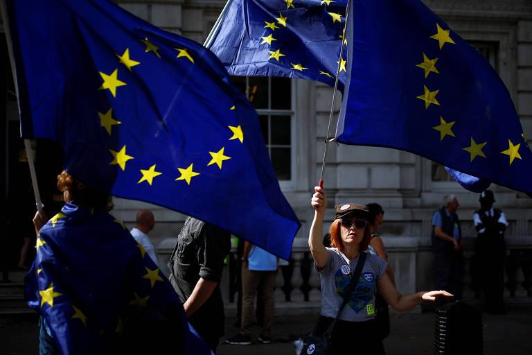 Manifestantes anti-brexit protestam com bandeiras da União Europeia em Londres
