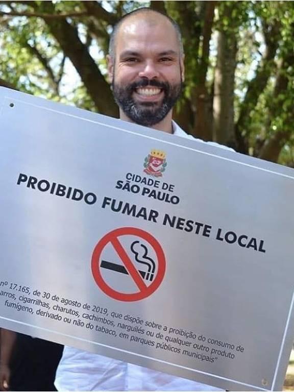 Prefeito Bruno Covas com placa sobre proibição de cigarros em parques municipais
