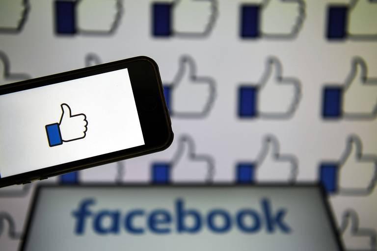 Celular com o ícone de curtir posts, símbolo do Facebook
