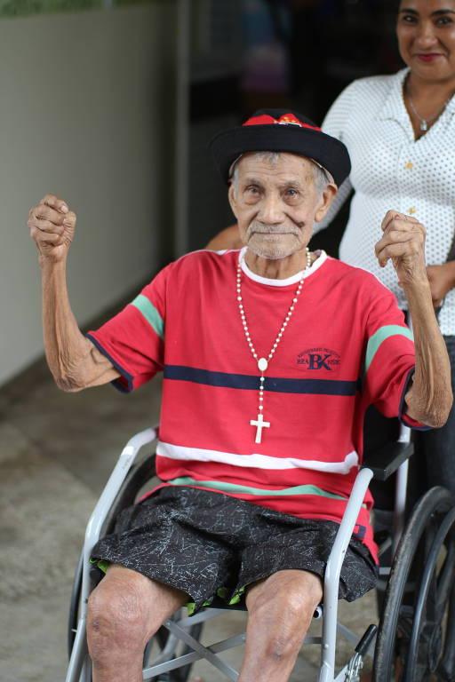 Luís Costa, 102, teve sua visão recuperada após cirurgia de catarata, doença que o impedia de ver sua filha e familiares há anos