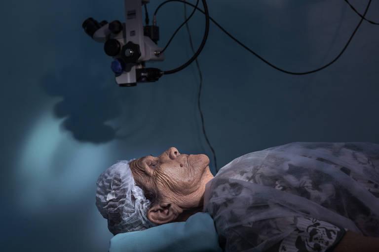 Paciente aguarda cirurgia de catarata no centro cirúrgico do Hospital Estadual Coriolano Cidade Lindoso, em Barreirinha (AM)