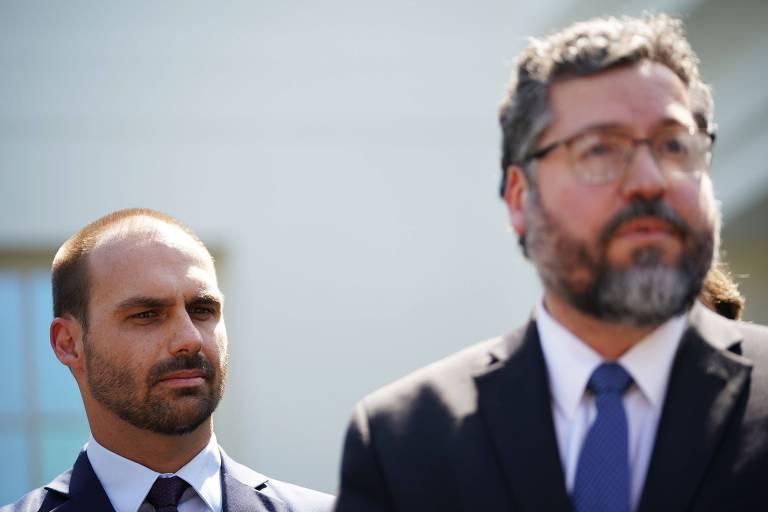 O deputado federal Eduardo Bolsonaro (PSL-SP), à esquerda, e o ministro das Relações Exteriores, Ernesto Araújo, após encontro na Casa Branca