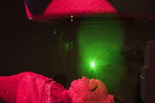 ***Especial Cancer*** A fisica Tatiana ALves,36, demonstra o novo equipamento  Calypso para radioterapia que amplia o nivel de precisao alem de diminuir o numero de sessoes para o cliente  do Hospital Sirio Libanes.