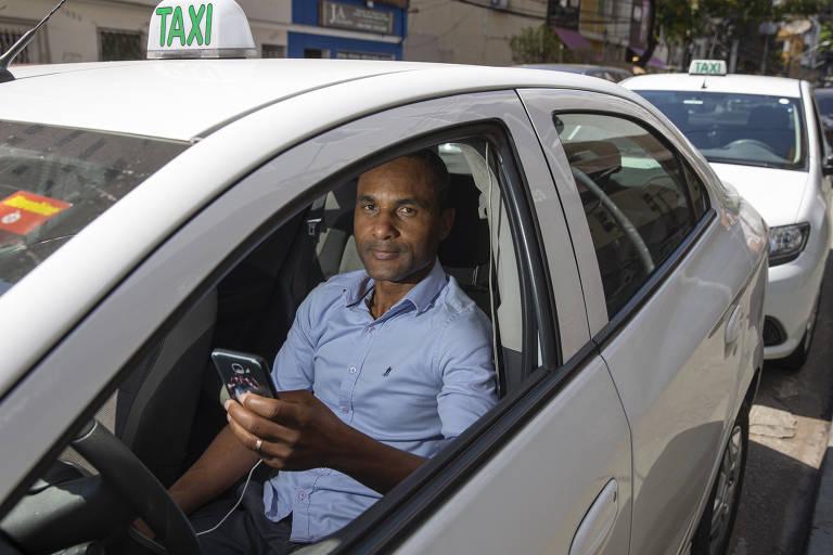 Clovis Coelho, 44, que passa o dia de olho na tela do celular em busca do próximo passageiro
