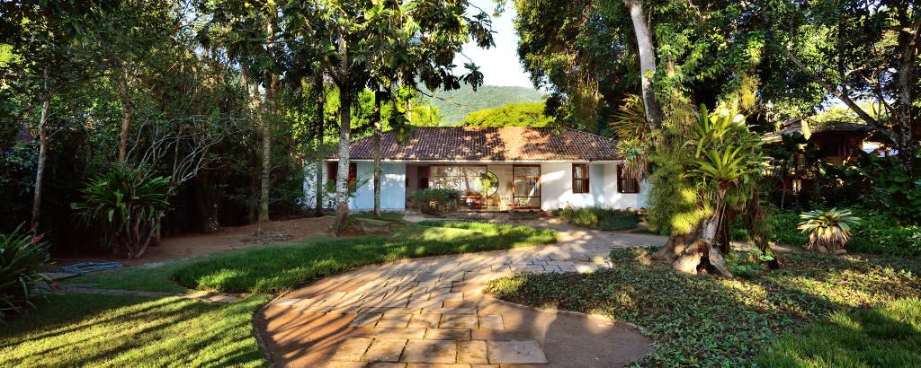 Casa desenhada por Oscar Niemeyer com jardins de Burle Marx em Ilhabela; residência está à venda