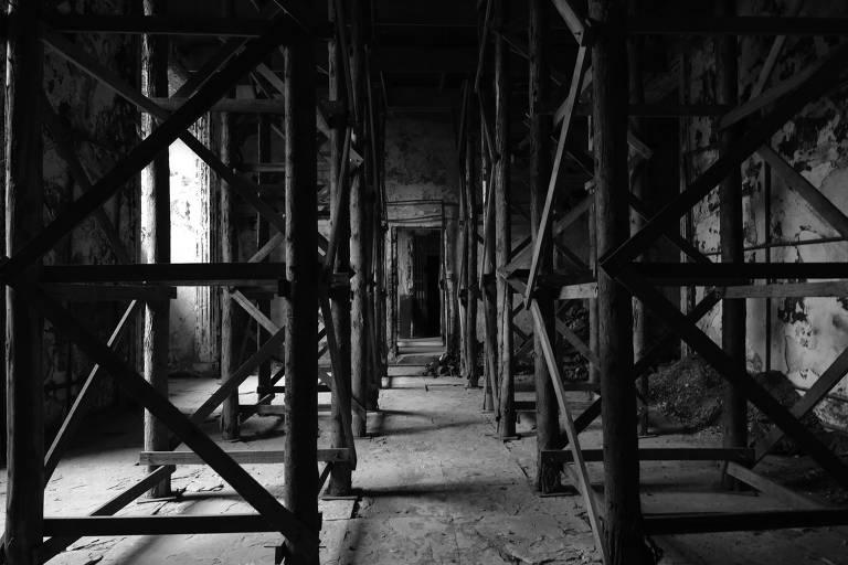 Estrutura de madeira de sustentação da laje na sala de exposições temporárias no 1° pavimento