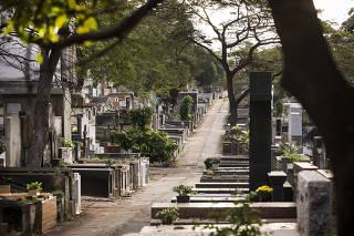 ***Para Domingo FOLHA*** Ensaio fotografico de jazigos e tumulos do cemiterio do Araca na av Dr Arnaldo para ilustrar materia sobre via-crucis de quem enterra um parente em Sao Paulo (burocracia, falta de informacoes oficiais,  servicos precarios e etc)