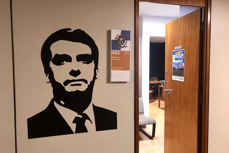 Parede ao lado de porta de gabinete com imagem de Jair Bolsonaro em preto e branco
