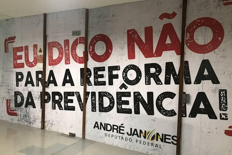 O deputado André Janones (Avante-MG) decorou a entrada do seu gabinete com um manifesto contra a reforma da Previdência, já aprovada pela Câmara