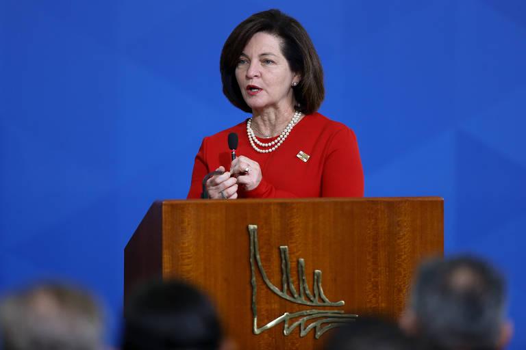 De pé, a Procuradora-Geral da República Raquel Dodge discursa em evento no Palácio do Planalto