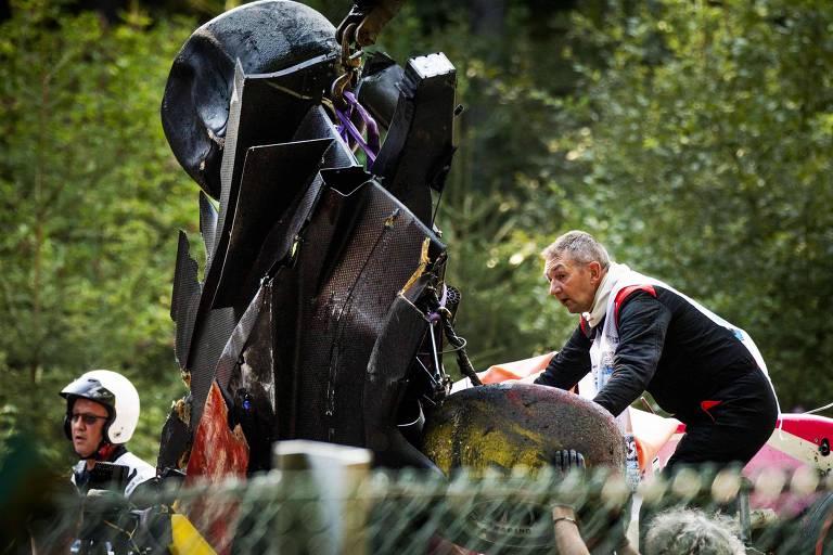 Equipes de resgate movem o carro do piloto francês Anthoine Hubert, que faleceu em um acidente durante prova da Fórmula 2 na Bélgica