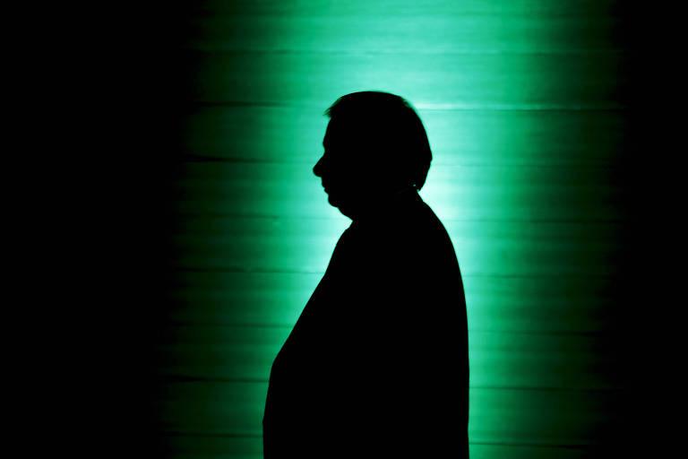 De pé, o presidente da Câmara dos Deputados, Rodrigo Maia