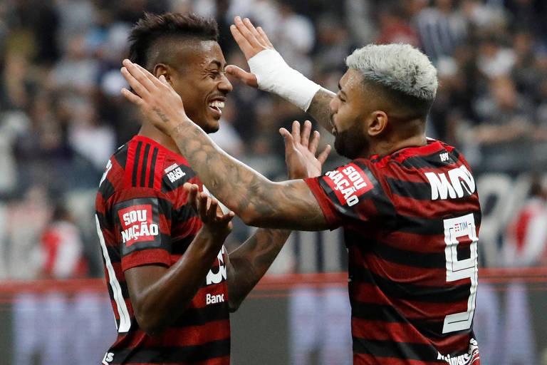 Bruno Henrique (à esq.) comemora gol ao lado de Gagigol durante partida contra o Corinthians