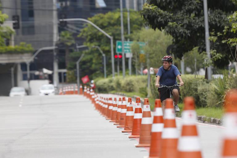 Ciclista em ciclofaixa da Vila Olímpia