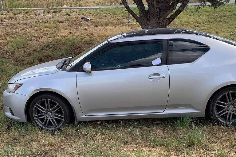 Carro atingido durante tiroteio na rodovia interestadual I-20, entre as cidades de Odessa e Midland, no Texas (EUA)