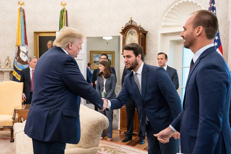 O presidente americano, Donald Trump, recebe comitiva brasileira na Casa Branca; na foto, o mandatário cumprimenta o assessor Filipe Martins