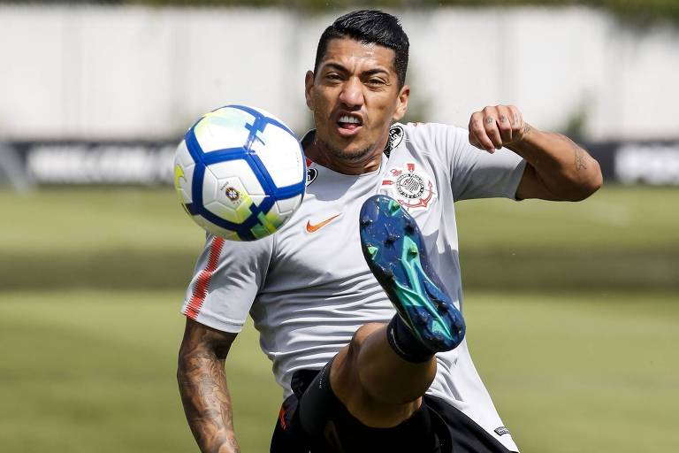 O volante Ralf disputa a bola no treino do Corinthians