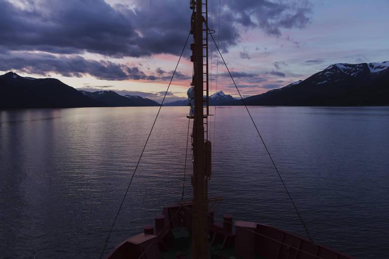 Embarcação navega no Canal de Beagle