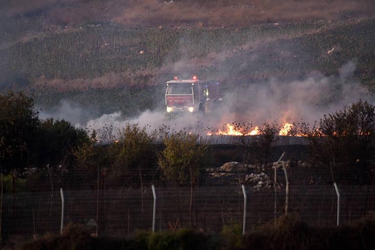 Caminhão dos Bombeiros é visto próximo ao fogo no lado libanês da fronteira com Israel