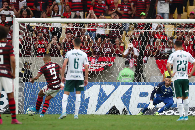 Observado por jogadores do Palmeiras, Gabriel faz o terceiro gol do Flamengo neste domingo (1º)