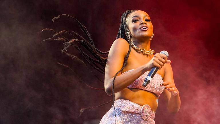 Cantora Iza participa de show da banda Lagum no festival Sarará 2019