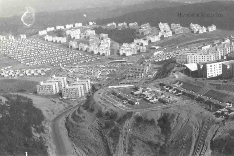 Foto aérea de Cidade Tiradentes nos anos 1980, quando foi construído primeiro conjunto habitacional