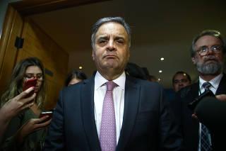 O deputado federal Aécio Neves ao falar com jornalistas sobre decisão do PSDB