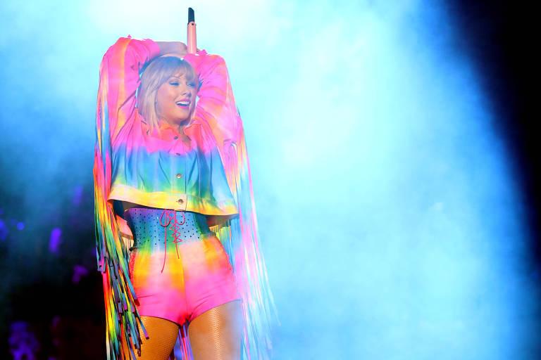 Taylor Swift durante apresentação em junho de 2019. A cantora fez, durante a carreira, diversas músicas sobre o fim de seus namoros e brigas com celebridades