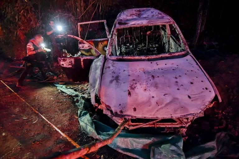 carro queimado e com buracos de tiros