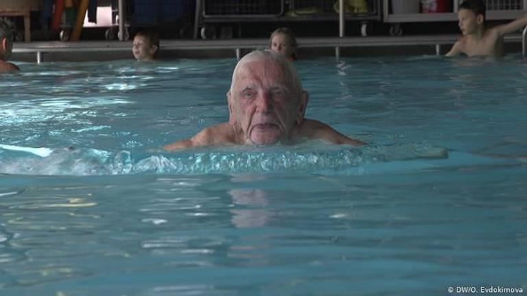"""Leopold Kuchwalek nada ao lado dos alunos: """"Ainda não sou tão velho e quero envelhecer um pouco mais"""""""