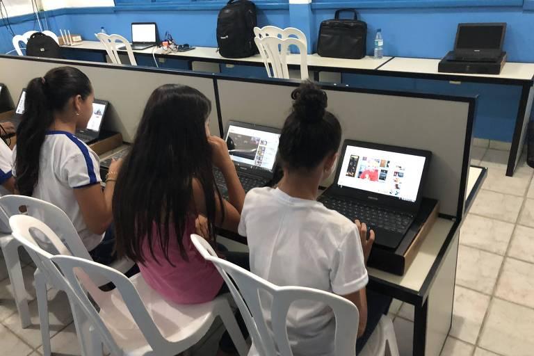 Crianças usam internet na escola