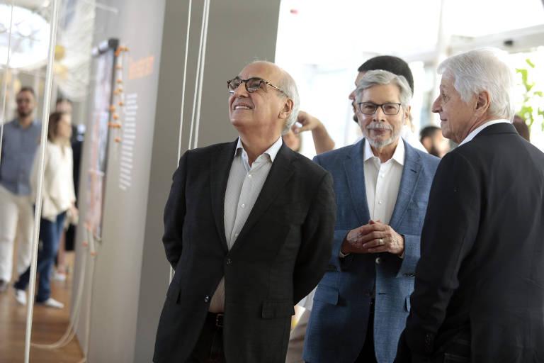 """Os três sócios, Guilherme Leal, Luiz Seabra e Pedro Passos, na abertura da exposição """"Rede de Afeto: 50 Anos de Natura"""""""