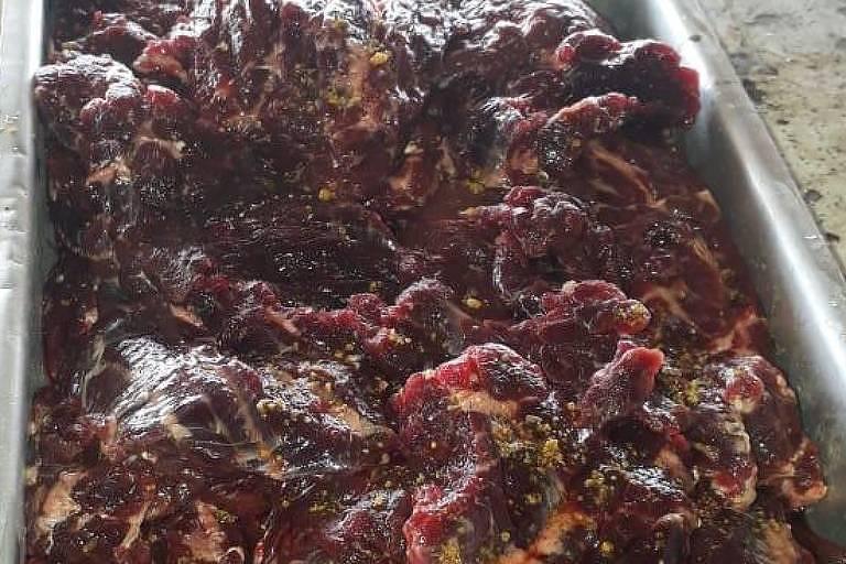 Bandeja de metal com carne vermelha crua, que seria de baleia jubarte que morreu encalhada em Salvador