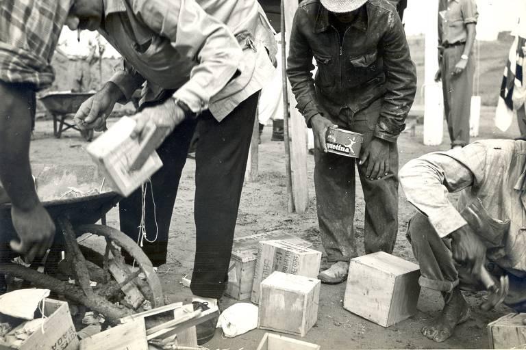 Operários carregam os sacos de terra doados por prefeituras paulistas para construção do Morumbi