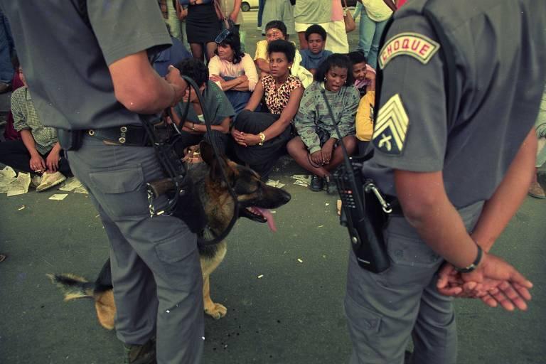 Policiais, parentes e curiosos em frente à Casa de Detenção do Carandiru após intervenção da Polícia Militar que resultou em 111 mortes