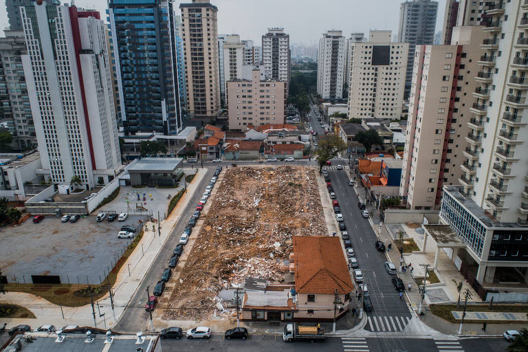 Vista áerea do que sobrou da vila João Migliari; no terreno à esquerda, havia um terço das casas, demolidas em fevereiro e, onde estão os escombros, outras 35 foram abaixo no fim de semana