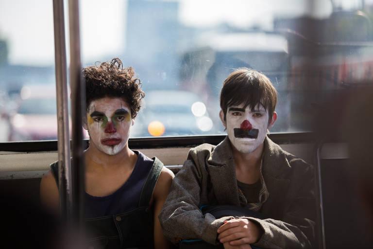 Os atores Gabriel Carbajal e Benny Emmanuel em cena de 'Chicuarotes', de Gael García Bernal