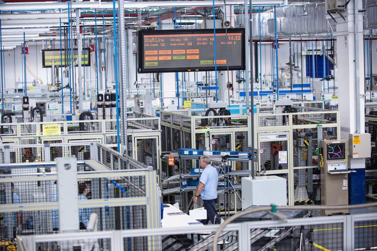 Linha de produção de motores na fábrica da Ford em Taubaté, no interior paulista