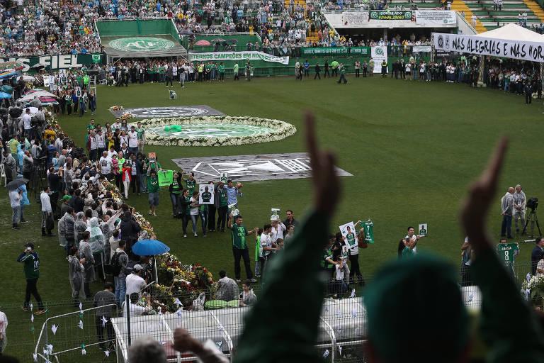 Familiares das vítimas do voo da Chapecoense encerram cerimônia na Arena Condá, em Chapecó